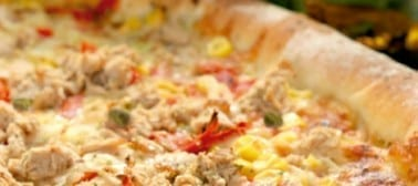 Pizza al tonno, capperi e cipolla