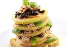 Millefoglie di pomodoro con tonno al naturale, olive e basilico