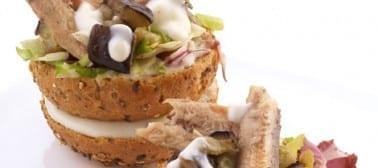 """Micro sandwich croccante con """"caviale di melanzana"""", sardina, misticanza e yogurt greco"""