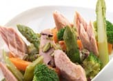 Insalata di verdure dolci a vapore, filetti di tonno e pistacchi