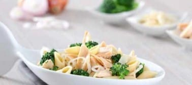 Pennette integrali con filetti di salmone e broccoli